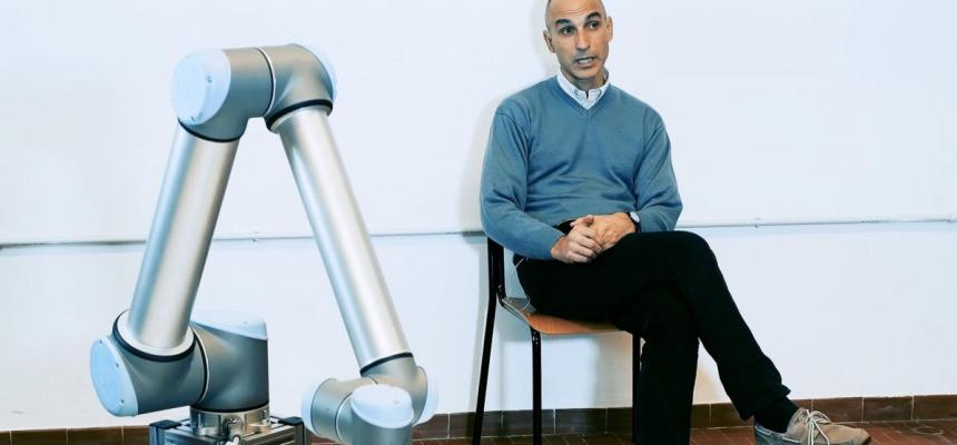 Prof. Paolo Gallina e braccio robotico per lo sviluppo di tecniche pittoriche