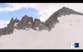 Embedded thumbnail for Il Rettore guida la cordata sul ghiacciaio dell'Adamello