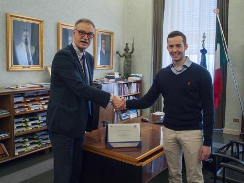 Lo studente Alessandro Gallo con il Rettore Maurizio Fermeglia