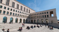 Nuovi corsi, didattica in presenza e fruibile anche da remoto: UniTS riparte con grandi novità-Facciata e scalinata Ateneo Trieste-